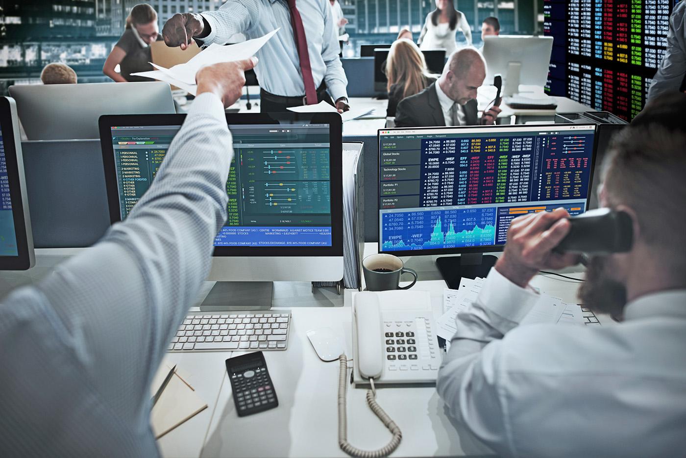 Händler einer Investmentbank beim Handel von Wertpapieren