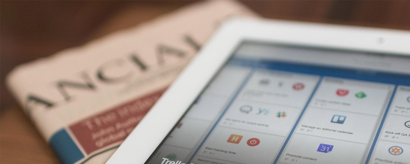 Bild eines Tablets und einer Zeitung, valantic