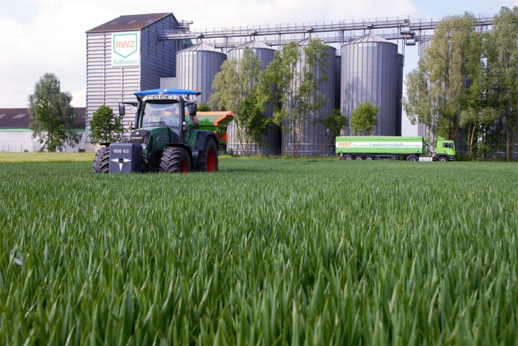 Raiffeisen Warenzentrale Rhein-Main eG Silo, Felder, Traktor