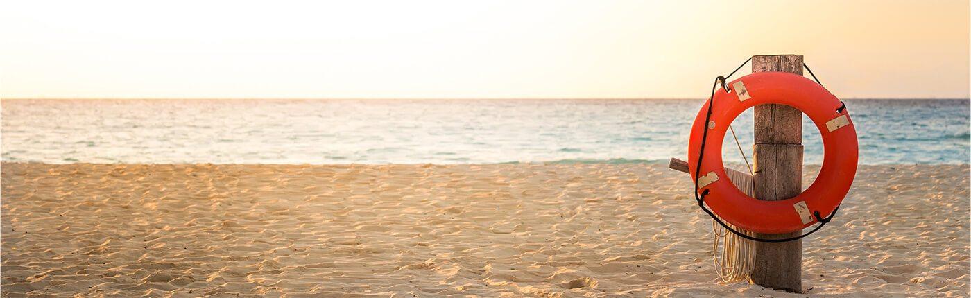 Bild von einem Strand, Meer und einem Rettungsring, valantic c.-Compliance Suite