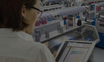 Bild einer Frau mit einem Tablet in einer Produktionstätte, valantic Case Study Stoll