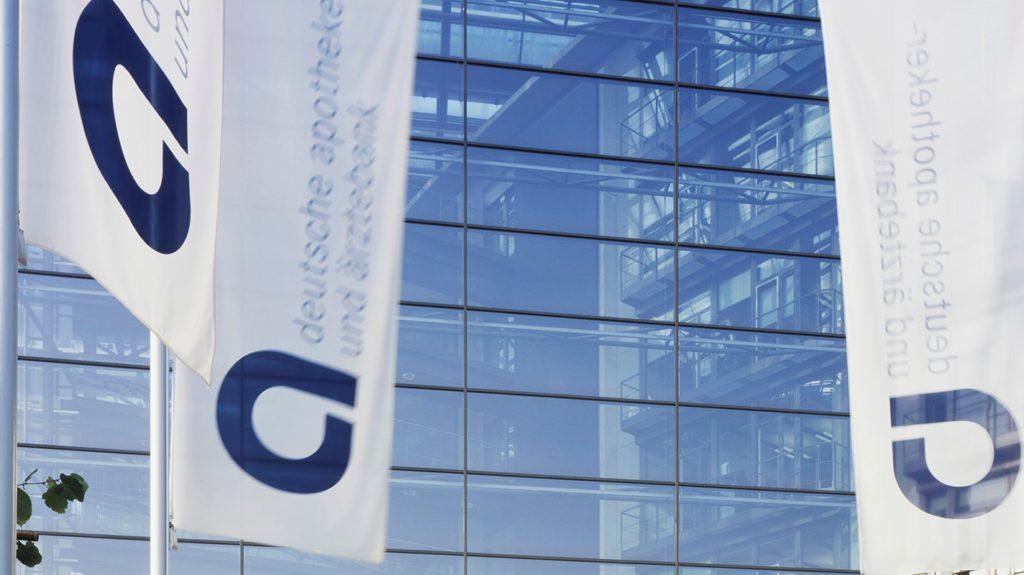 Fahnen vor der Deutschen Apotheker- und Ärtzebank (apo bank) in Düsseldorf