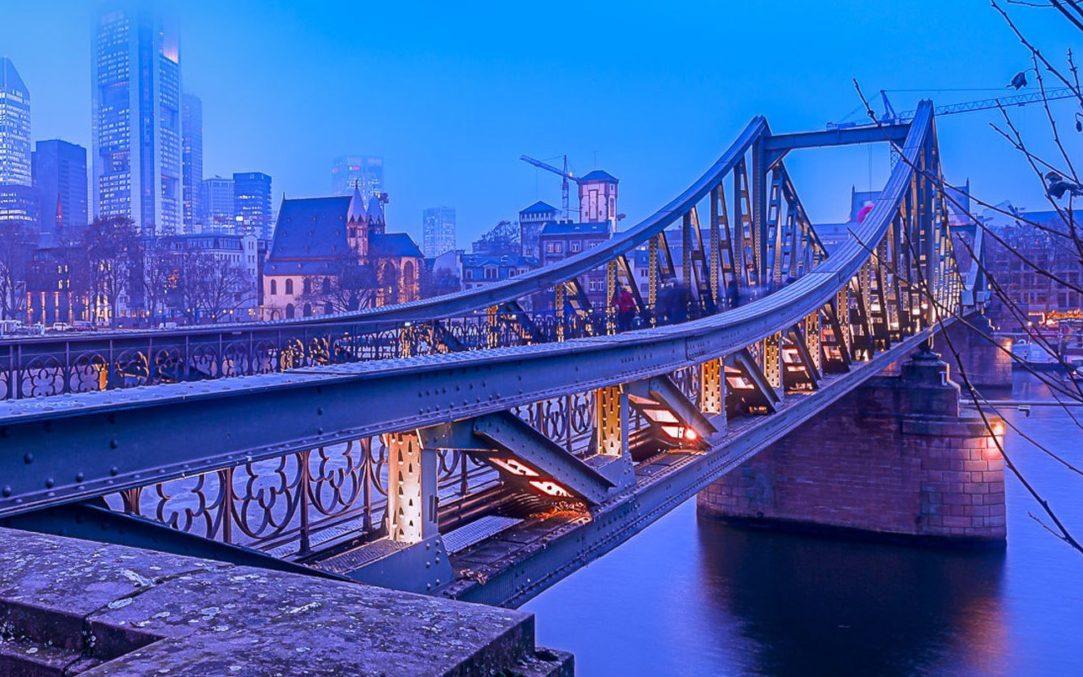 Bild einer Brücke in Frankfurt, aus HighQ wird valantic Financial Services