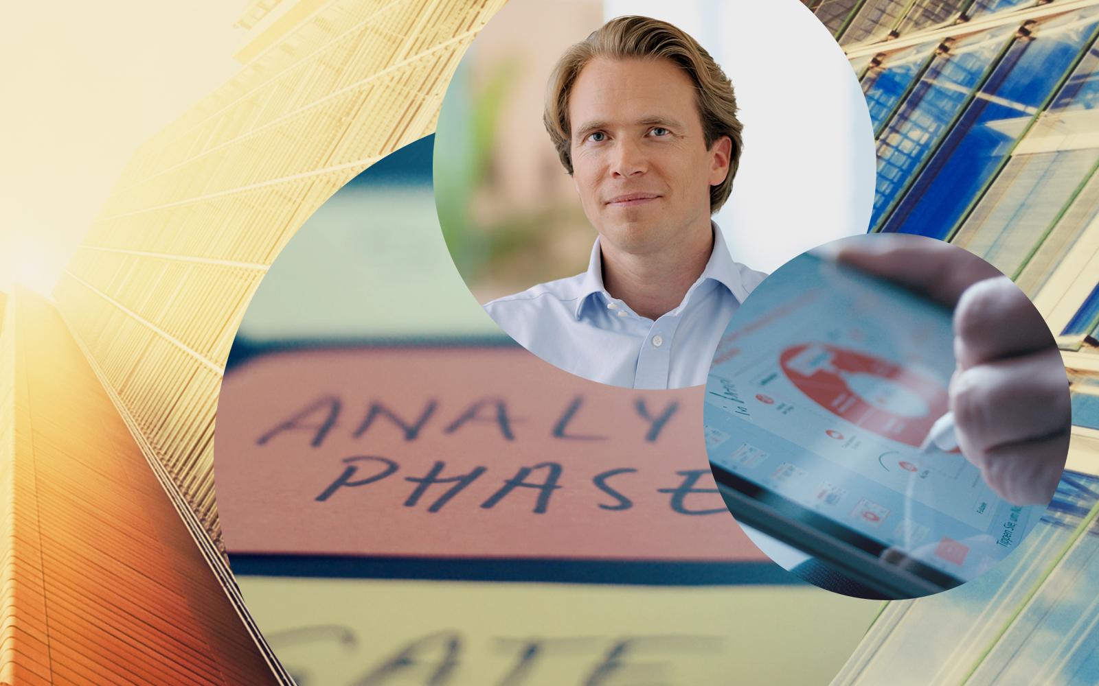 Bild von Holger von Daniels, CEO von valantic, im Hintergrund die Fassade eines Gebäudes, ein Tablet sowie Post-Its mit der Aufschrift Analysephase
