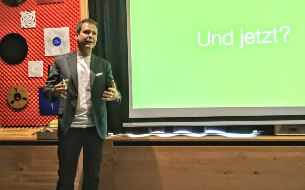 Bild von Christian Heim, valantic GmbH, während er Digitalisierung in Unternehmen präsentiert, valantic B2B Next Generation