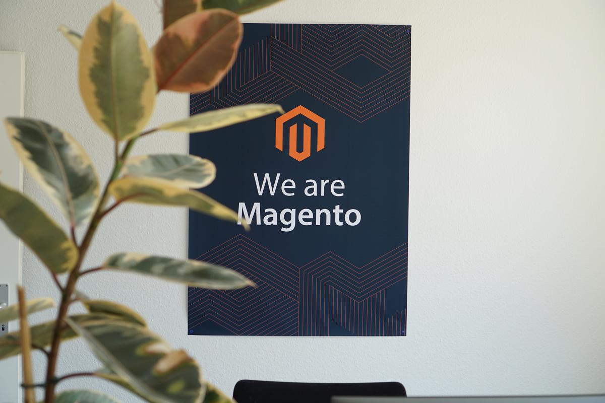 """Bild eines Schildes mit der Aufschrift """"We are Magento"""" im Büro von netz98 - a valantic company in Stuttgart, Leinfelden-Echterdingen"""