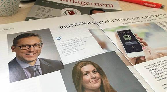 Bild eines aufgeschlagenen IT-Management Magazins, Artikel zum Thema Prozessopitimierung durch Chatbots