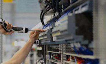 Bild einer Person, die etwas festschraubt, valantic Produktionsplanung mit wayRTS
