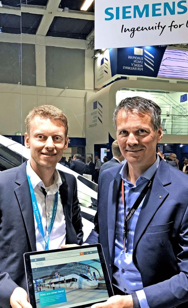 Bild von zwei lächelnden Männern bei einer Veranstaltung auf dem Siemens Marktplatz, valantic Case Study