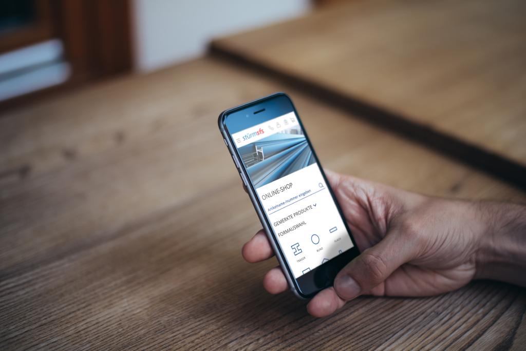 Bild eines Handys mit der neuen E-Business Plattform von stürmsfs