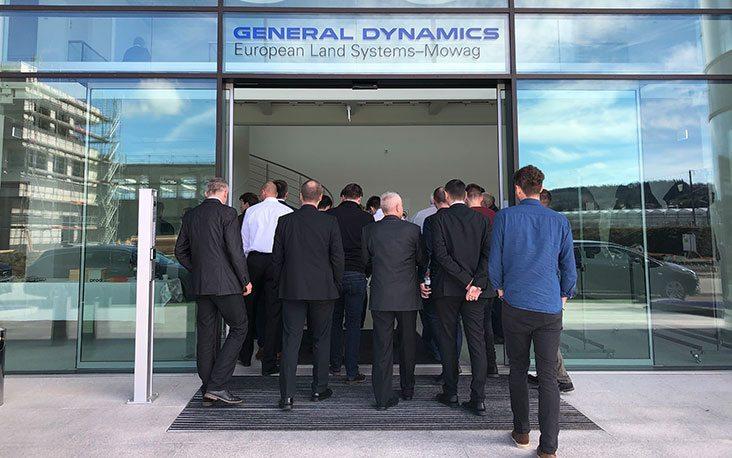 Bild von Personen, die in das General Dynamics Gebäude hineingehen, valantic Supply Chain Excellence Day bei General Dynamics
