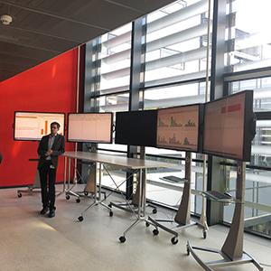 Bild von einer Person und vielen Bildschirmen, valantic Supply Chain Excellence Day bei SEW Eurodrive