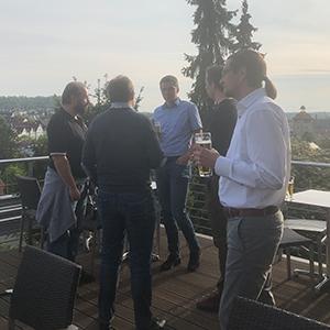 Bild von Personen im Gespräch auf einer Dachterrasse, valantic Supply Chain Excellence Day bei SEW Eurodrive