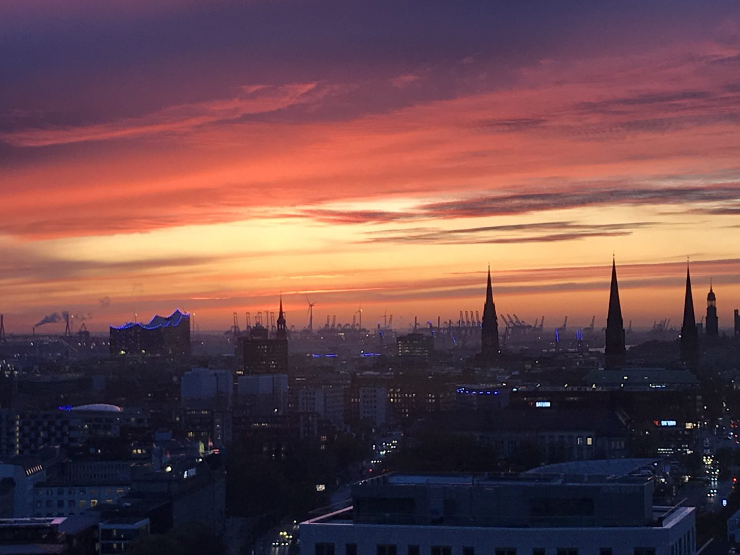 Image of a sunset and the view of Hamburg, valantic branch Business Analytics Hamburg