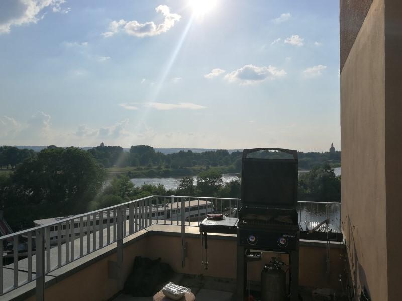 Foto aus dem valantic ERP Consulting Büro in Dresden mit Blick auf den Balkon, Office-Grill und Elbe