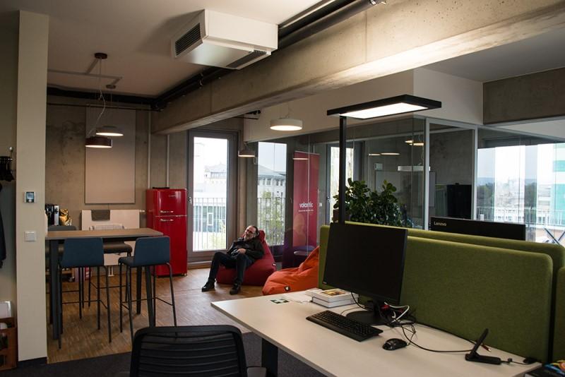 Foto aus dem valantic ERP Consulting Büro in Dresden mit Blick auf Arbeitsplätze und Lounge