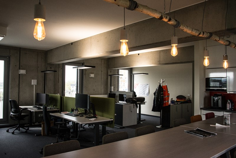 Foto aus dem valantic ERP Consulting Büro in Dresden mit Blick auf Arbeitsplätze und Küchenbereich