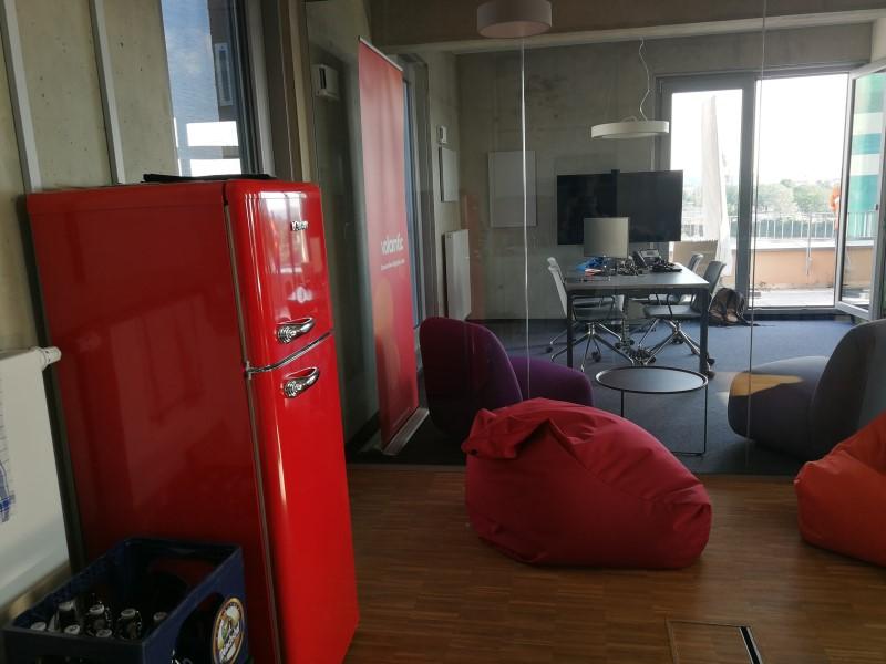 Foto aus dem valantic ERP Consulting Büro in Dresden mit Blick auf die Lounge mit Bierkasten und Kühlschrank