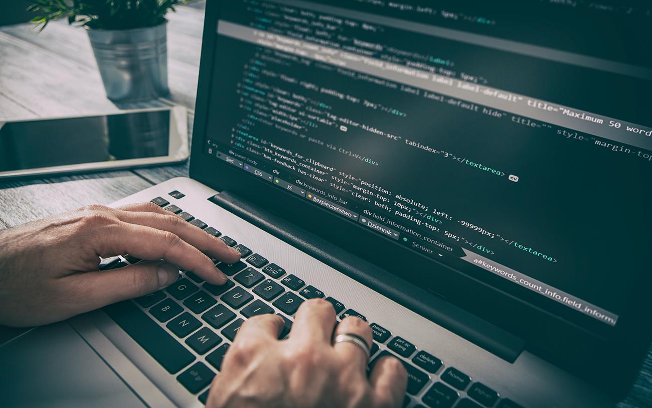 Bild von einem Laptop mit Programmiercode, valantic ist ServiceNow Technologie-Partner