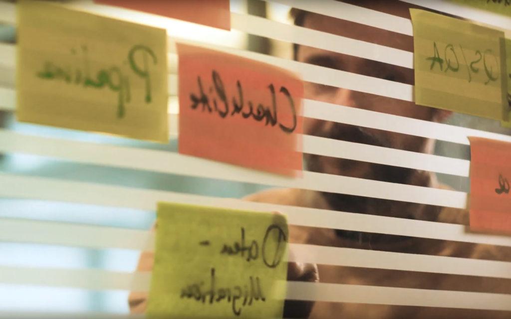 Bild von Post-Its an einer Glasscheibe: valantic und die agile Transformation bei der apoBank