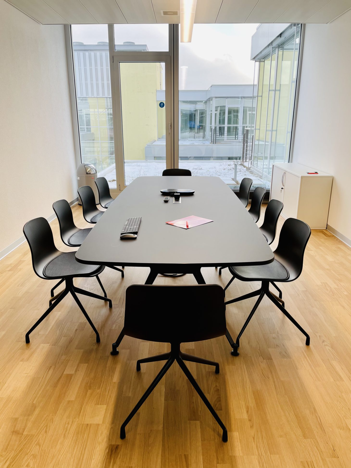 Image of the conference room of the valantic Zurich branch with a view of the window